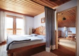 Zimmer mit Naturholz Ausstattung